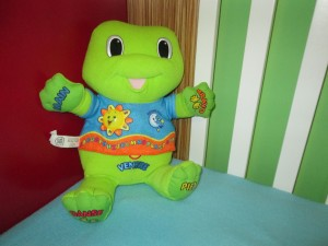 Tad, grenouille qui chante et qui fait jouer de la musique avant le dodo.